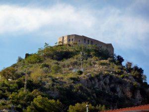 Castello medievale di Terravecchia visto dal paese